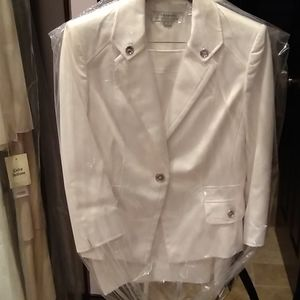 Tahari white skirt suit. Lined, size 8, nwt